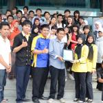 Pemberian cinderamata kepada Sumatera Ekspres