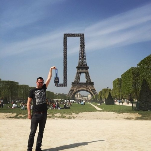 photoshop-eiffel-tower-tourist-photo-sid-frisjes-61